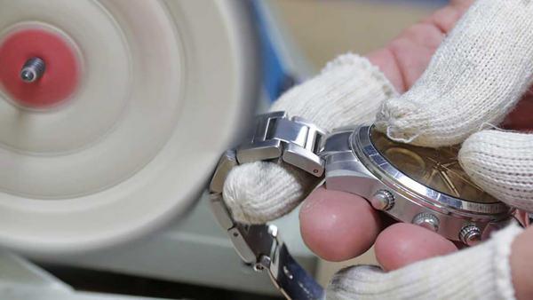 Как убрать царапины со стекла часов?